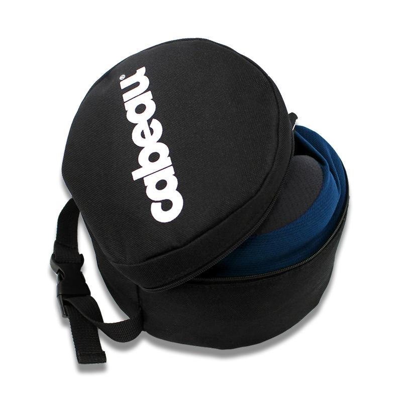 持ち運ぶ時や使わない時は、付属のジッパーつきポーチに入れておける。丸めて運べてすぐに使えるトラベル枕|cabeau