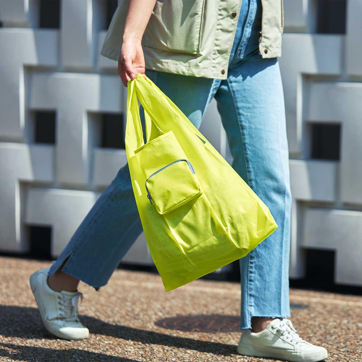 シンプルなレジ袋型のデザインですが、見た目以上にたっぷり収納できる懐の広さも特筆したいポイント。ファッションに合わせて選べる豊富なカラー展開。スマートに持ち歩ける折りたたみエコバッグ|KATOKOA