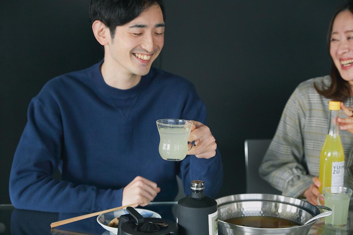 紅茶や緑茶に垂らせば、フレーバーティーに。いつもの茶葉が、新鮮な味わいになって、贅沢なティータイムになります。いつものハイボールや焼酎、ビール、紅茶に入れるだけで、本格バーの味わいに変わる「ゆずシロップ」|YUZU SYRUP