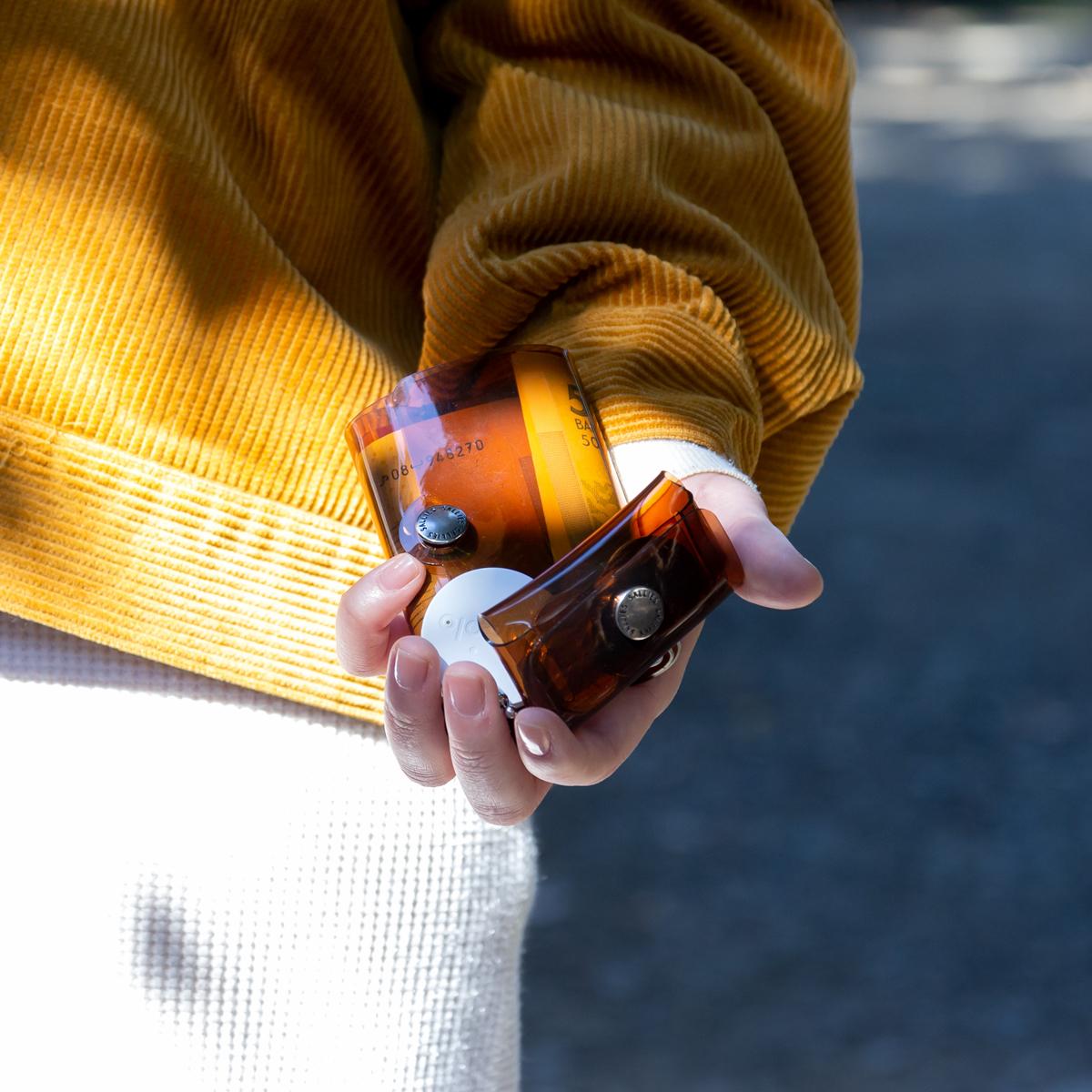 PVC素材だから出せる艶と発色が目を引く、オシャレなジム・旅行・アウトドアにぴったりの軽量&収納力の「ミニ財布」|SALLIES