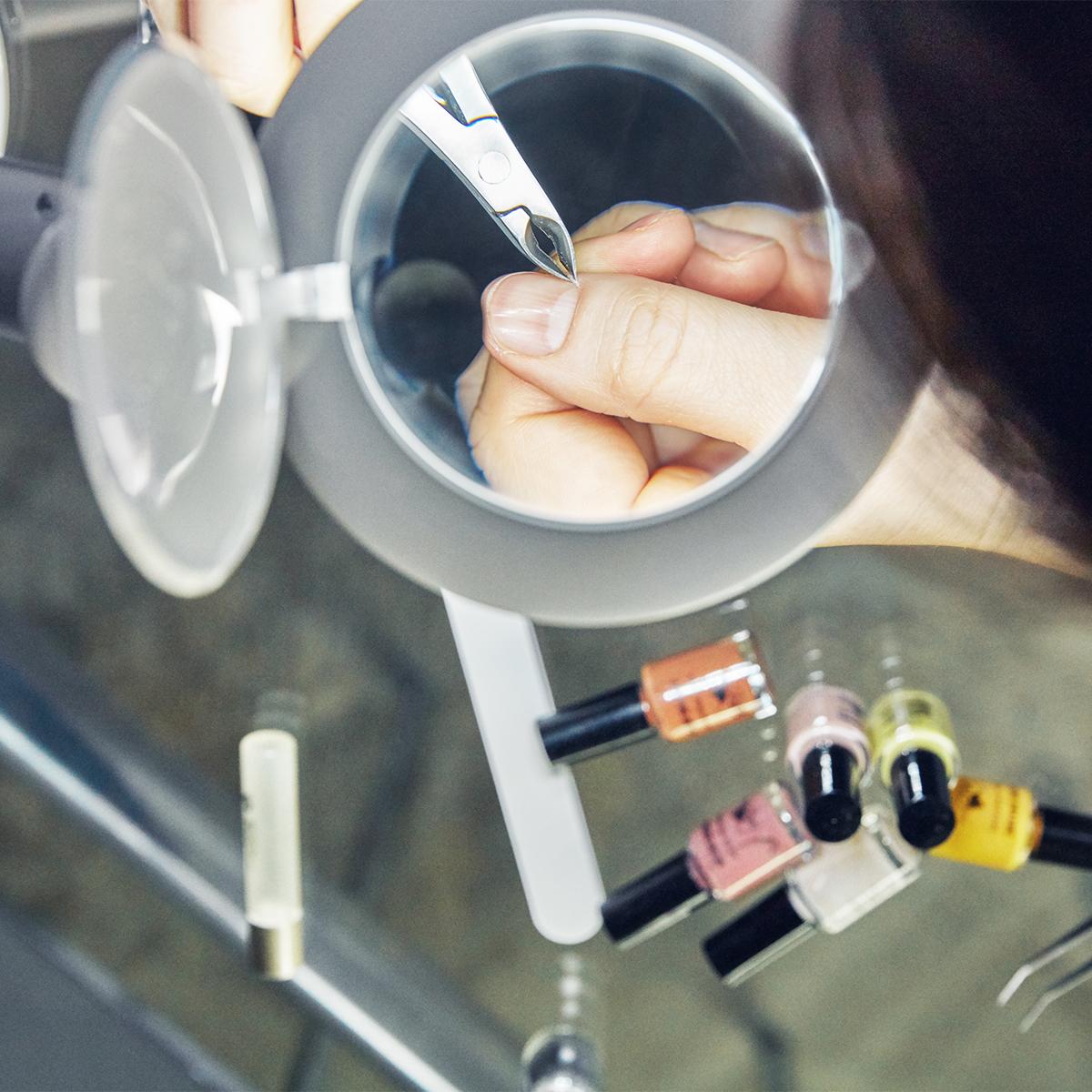 ネイル・指先のケア・トゲ抜きに|コードレスで使えて、隙間に収納できる!手元を大きく・明るく照らすルーペ付き太陽光LEDの「デスクライト」|daylight - Halo Go