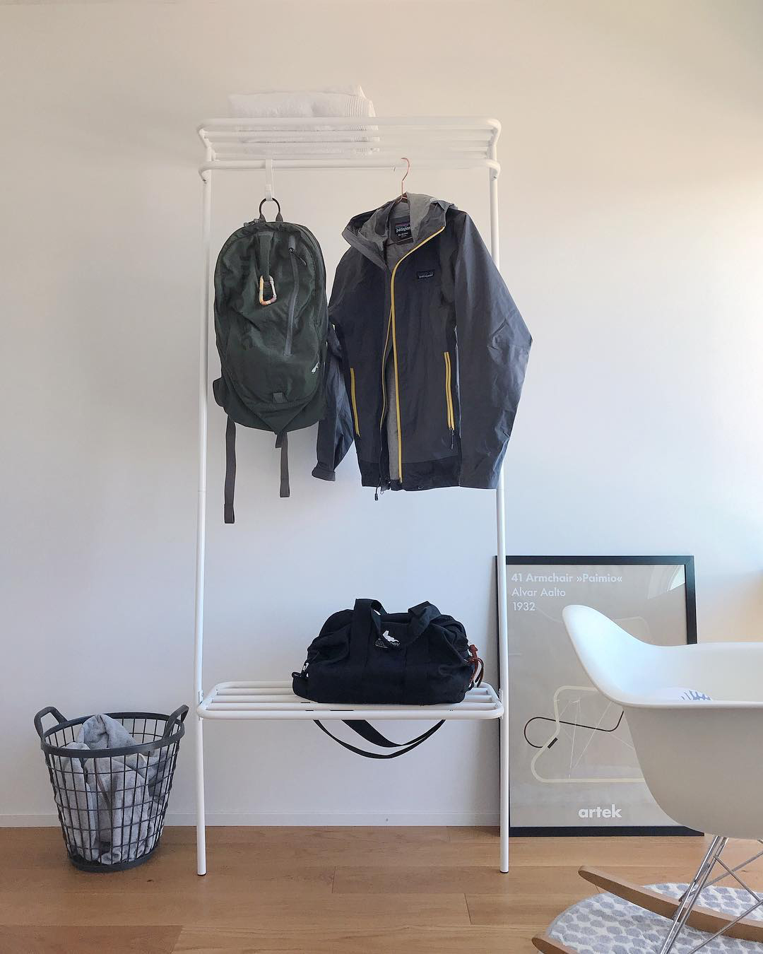 部屋がスッキリ片付いて、朝がスムーズに変わる。奥行たった40cmに、コートもバッグも手袋も収納(ちょい置き)できる「立て掛け式ラック」|DUENDE WALL HANGER