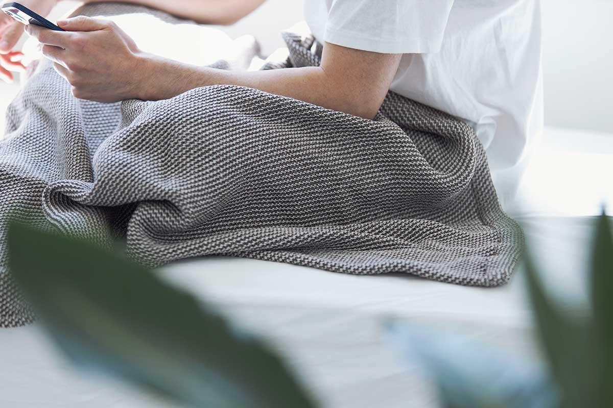 ほどよく空気を溜め込んで、体の冷えも防いでくれるから、朝まで、心地よくグッスリ。「熟睡」を追求した凹凸状のハニカム織りのハニカムケット(ワッフルケット)