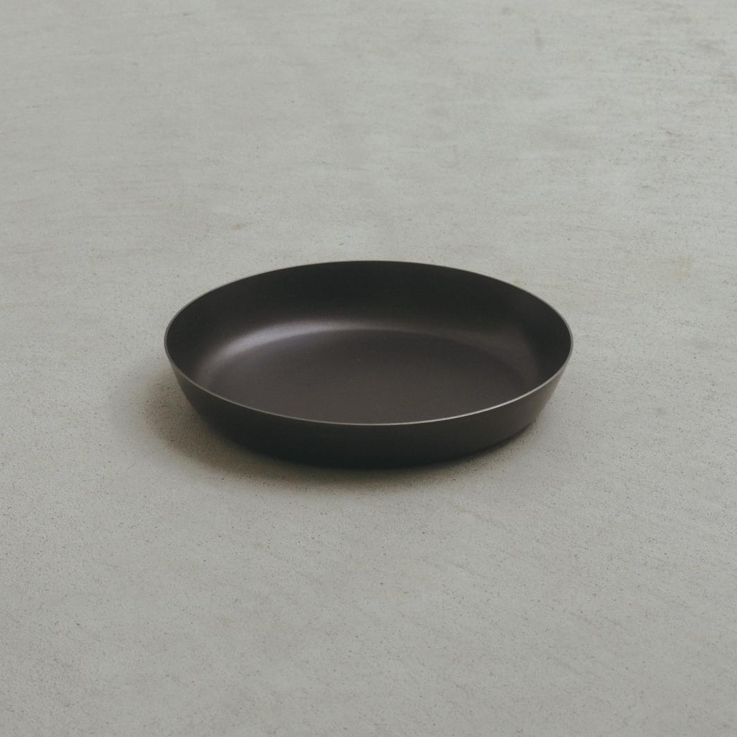 薄さもわずか1ミリ。たくさん重ねてもかさ張らないから、限られたスペースでも無理なく収納でき、食器棚もスッキリ。落としても割れない、黒染めステンレスの食器(お皿)|KURO(96)クロ
