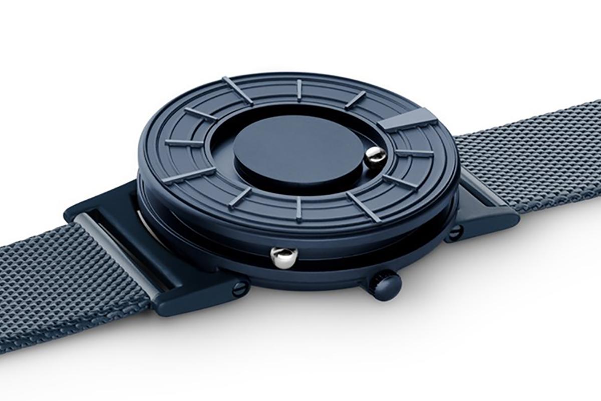 磁力を利用して、小さなボールに時を刻ませる独自のデザイン。ミニマムで美しい、濃紺のタイムピース「触る時計」| EONE(COSMOS)