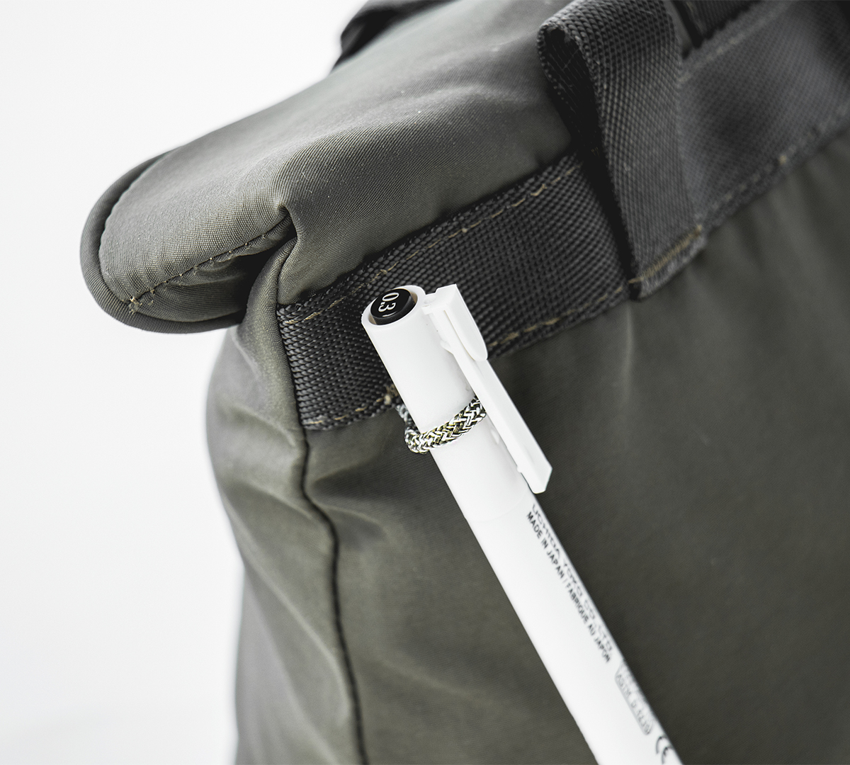 バッグ背面には、ペンや鍵を吊り下げられるループが付いています。これは、岩に付いたチョークを落とす「ボルダーブラシ」を吊り下げるループの名残「4WAYウエストバッグ」(水濡れや汚れに強いドライコレクション)|Topologie