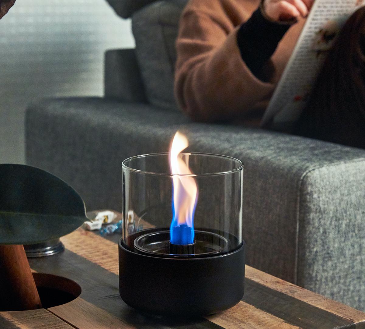 この小さな焚き火を見つめる時間は、私に大きな癒しを与えてくれました。ニオイや煙が出ず、倒しても安心の特殊燃料で手軽に楽しめる!「卓上ランプ、テーブルライト」|LOVINFLAME(ラヴィンフレーム)