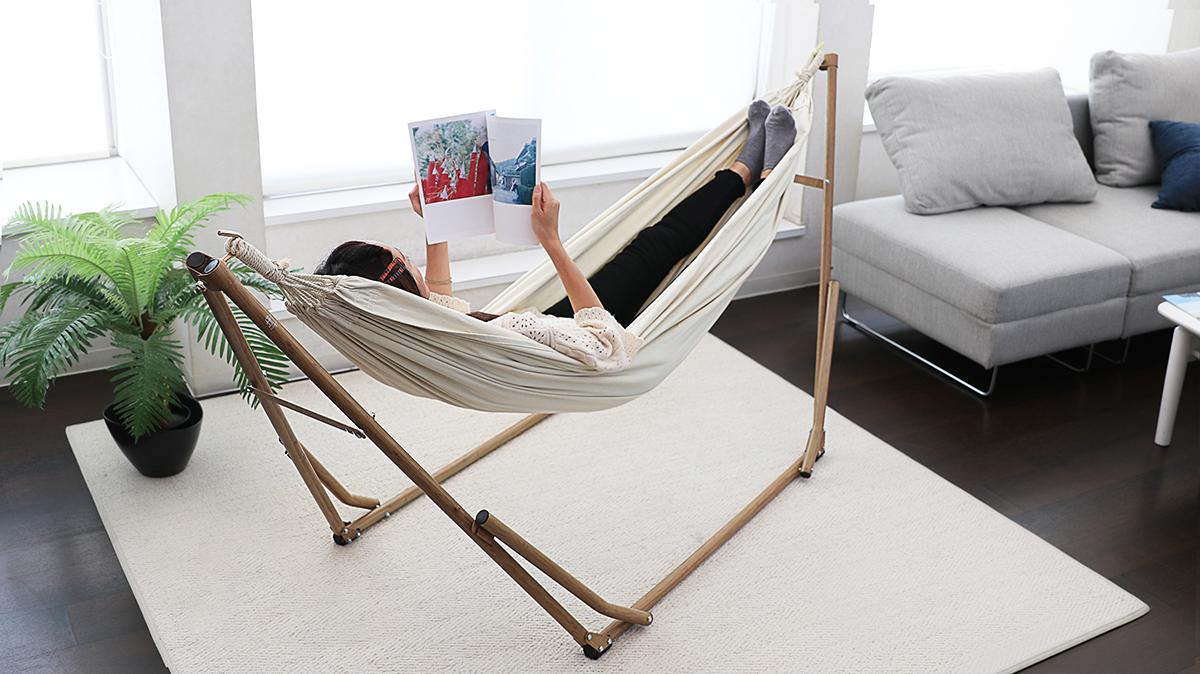 室内で雑誌を読みながら、リラックスできるハンモック
