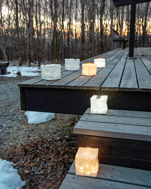 白い光がスタイリッシュな「クールブライト」と落ち着いた暖色の「ウォームライト」の二種。薄さ1.2cmに畳める超軽量ソーラー充電式ライト(ランタン)で、いつも太陽の光がそばに|carry the sun