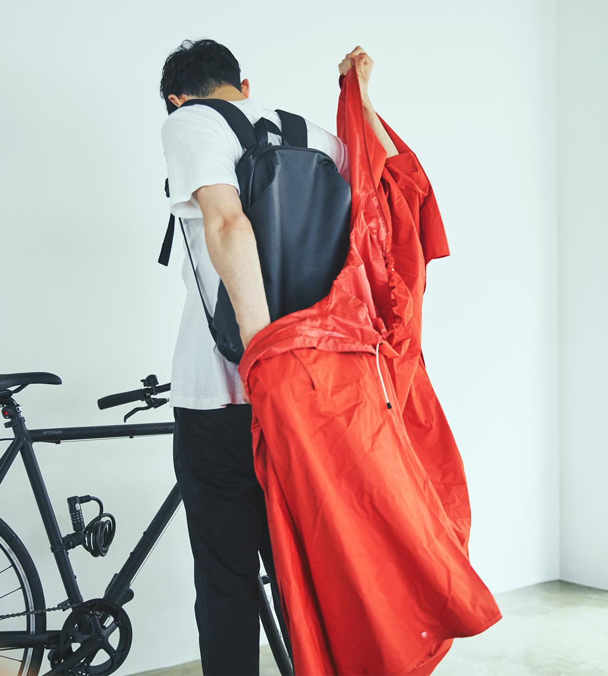 買い物後のエコバッグも丸ごとすっぽり覆って、自転車の運転中に裾がめくれる心配もありません。 「ポンチョを着て自転車でスイスイ」で、雨の日の通勤を楽しく。見た目タウン用、機能は登山用の男女兼用ポンチョ