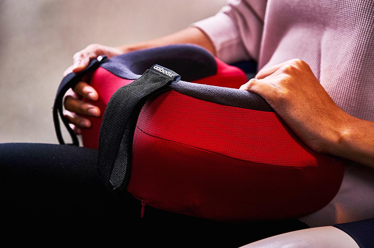 座席シートのヘッドレストに固定できるストラップ付き。熟睡しても起きたままでも、頭がずっとラクなトラベル枕|cabeau