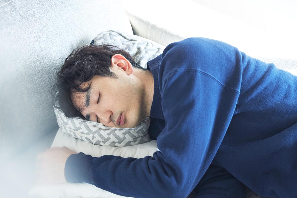 好みの高さに調節できる横向き寝の姿勢をサポート、スマホや本がラクに読めるまくら・ピロー|HONTO