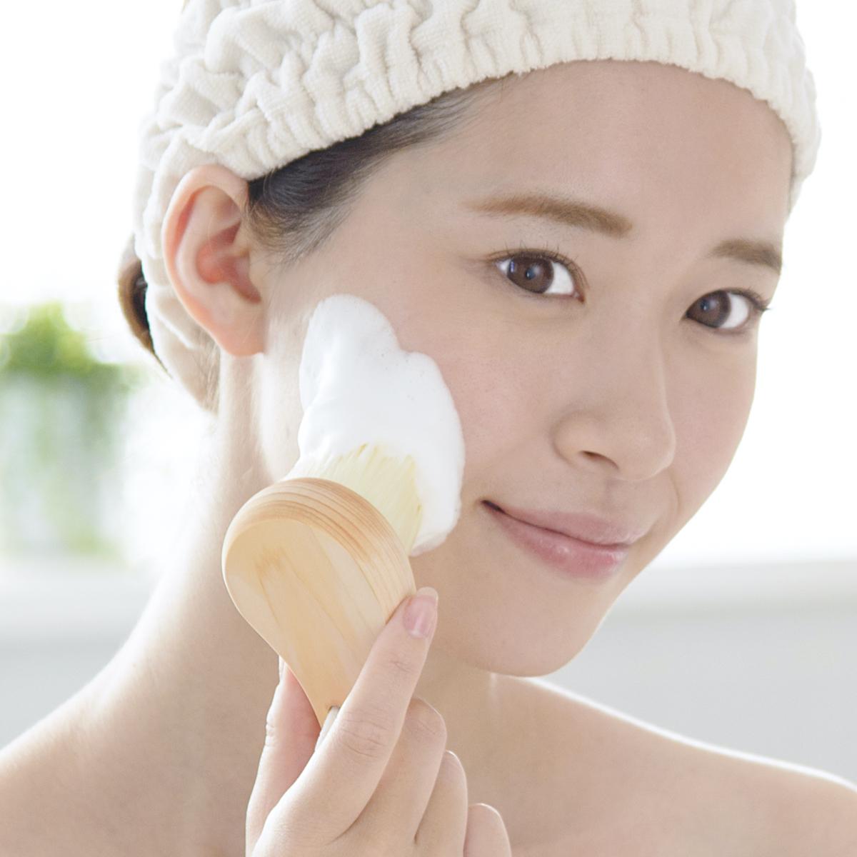 毛穴の汚れを優しく落とし綺麗な素肌を保つ洗顔ブラシ