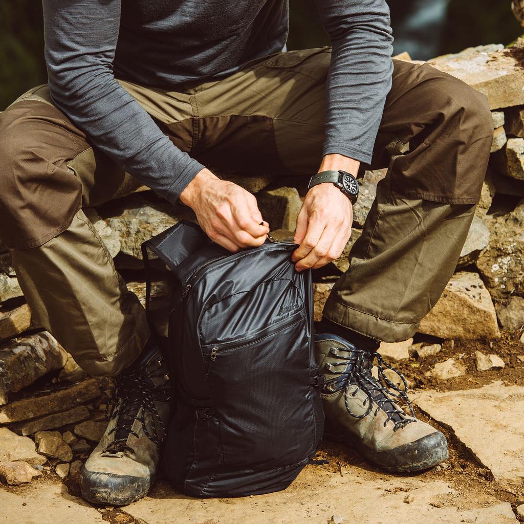 旅先や日常生活でアクティブに動き回れる、手のひらサイズにたためる《防水仕様》のバックパック|Matador freefly16