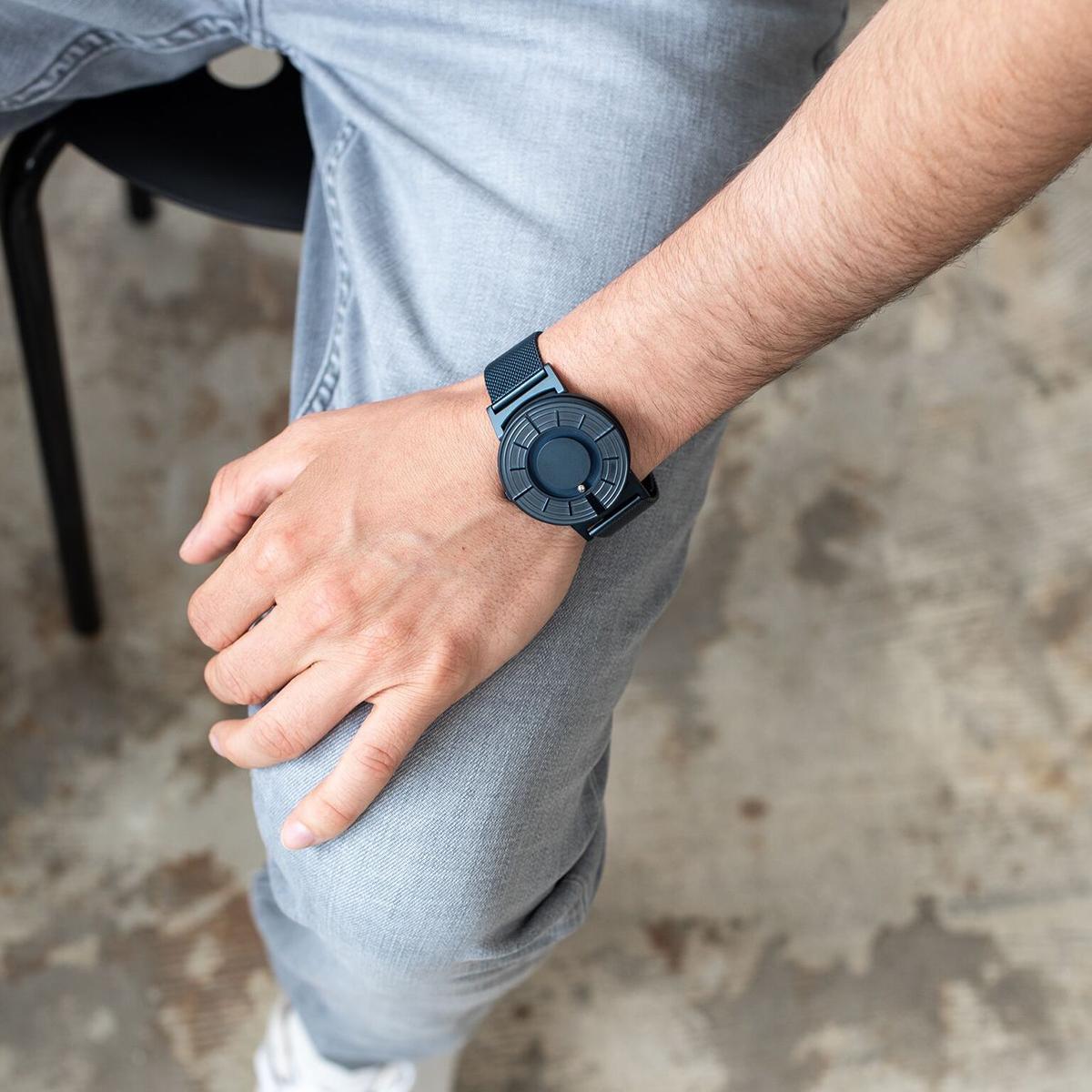 目視で時間を確かめにくい状況でも、手でそっと触るだけで時間を確認できる「触る時計」| EONE(COSMOS)