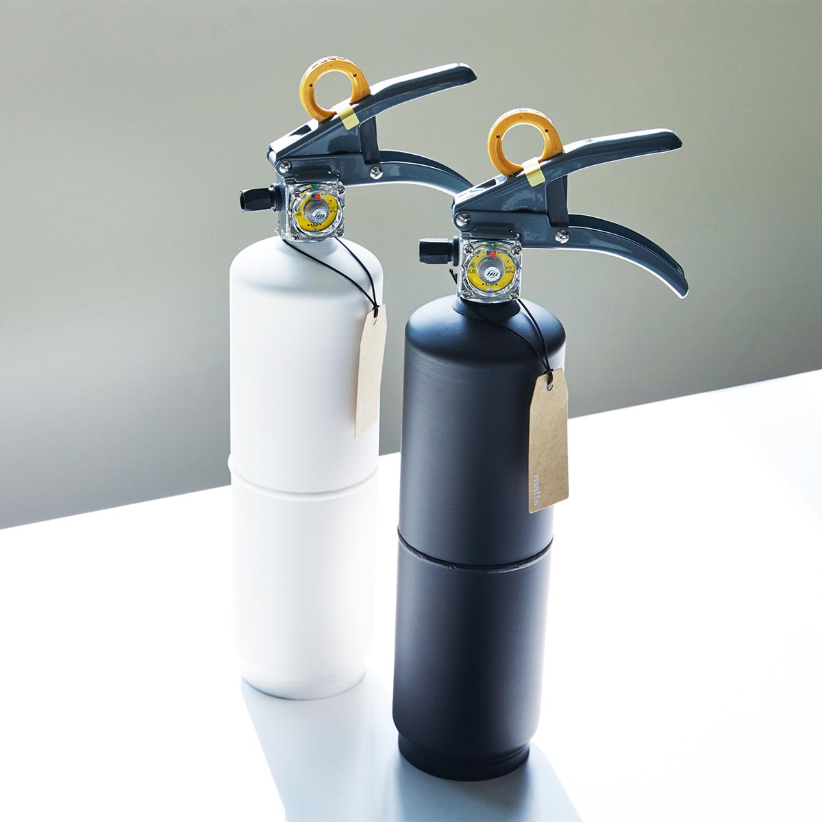 さまざまな住宅火災の消火に対応する頼もしさ。お酢が主成分の消火薬剤だから、後片付けがラク!玄関やリビングにも飾れる「モノトーンの住宅用消火器」|+maffs(マフス)