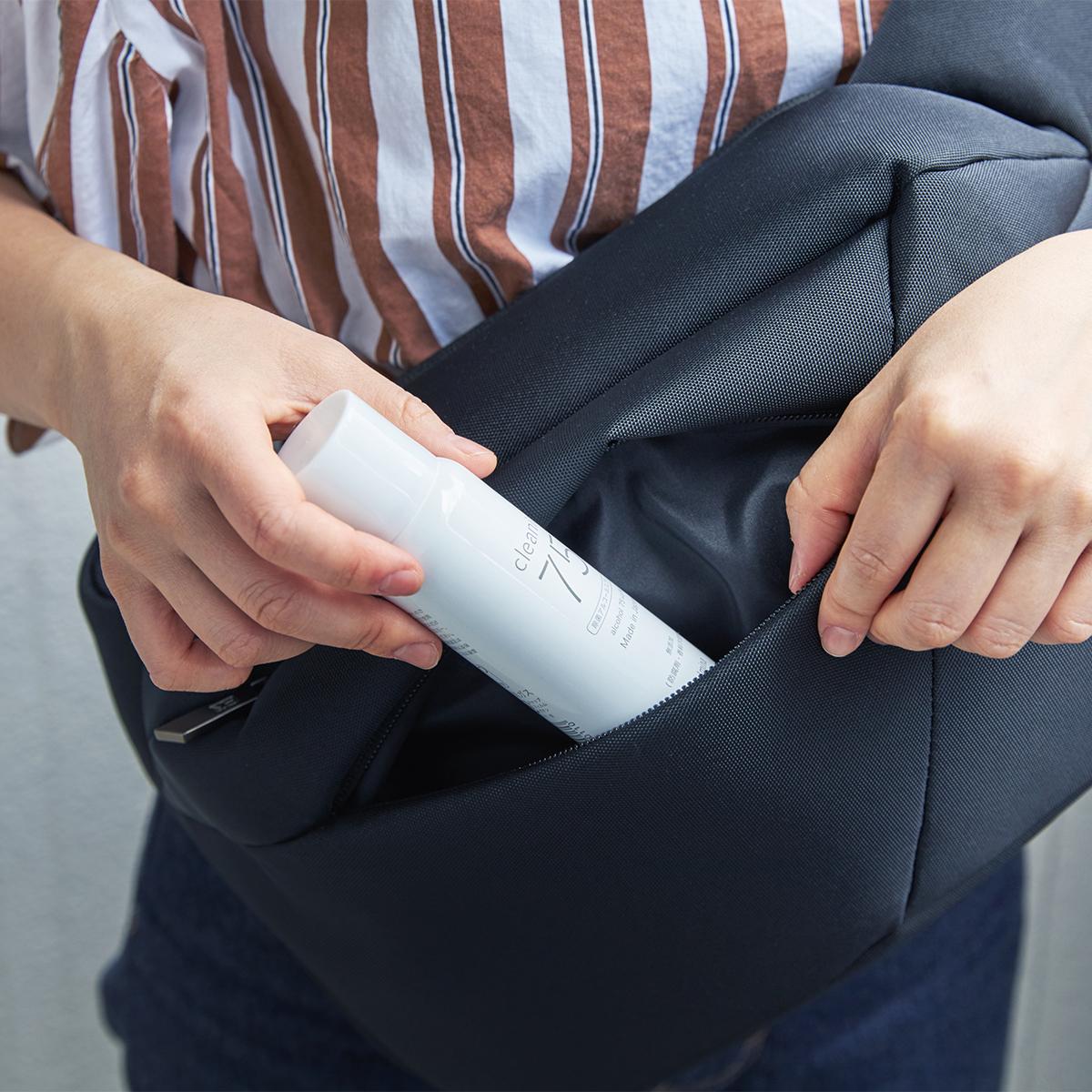 バッグのポケットに忍ばせて、高品質・高濃度のアルコール除菌を、いつでもどこでも!添加物無し、無添加の蒸発しにくいスプレー缶ボトルの携帯用「高濃度アルコール除菌スプレー」|クリニア75