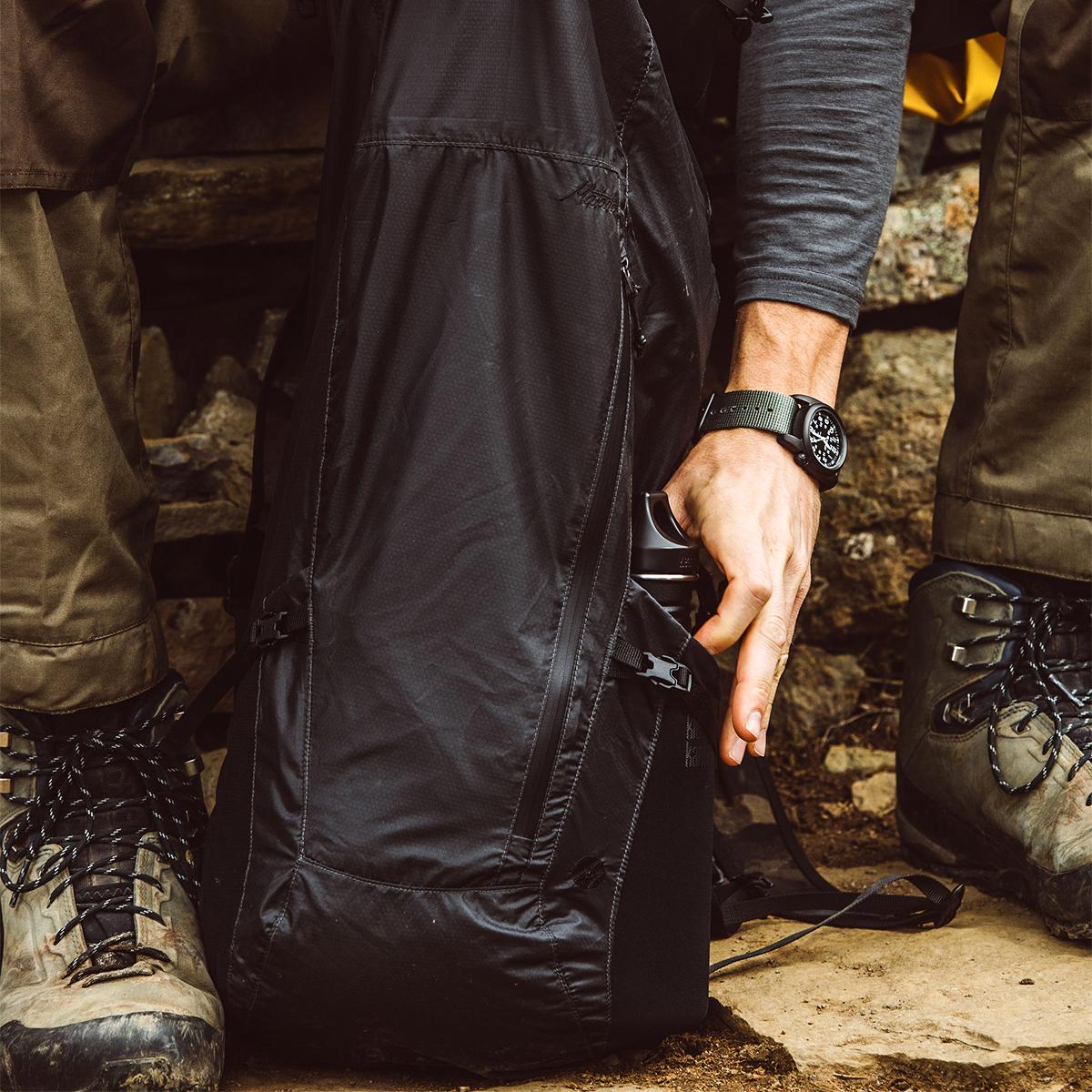 両サイドには太めのタンブラーや折り畳み傘がすっぽりと入るストレッチ性メッシュ素材の「伸びるポケット」付きのバックパック|Matador Freerain24 2.0