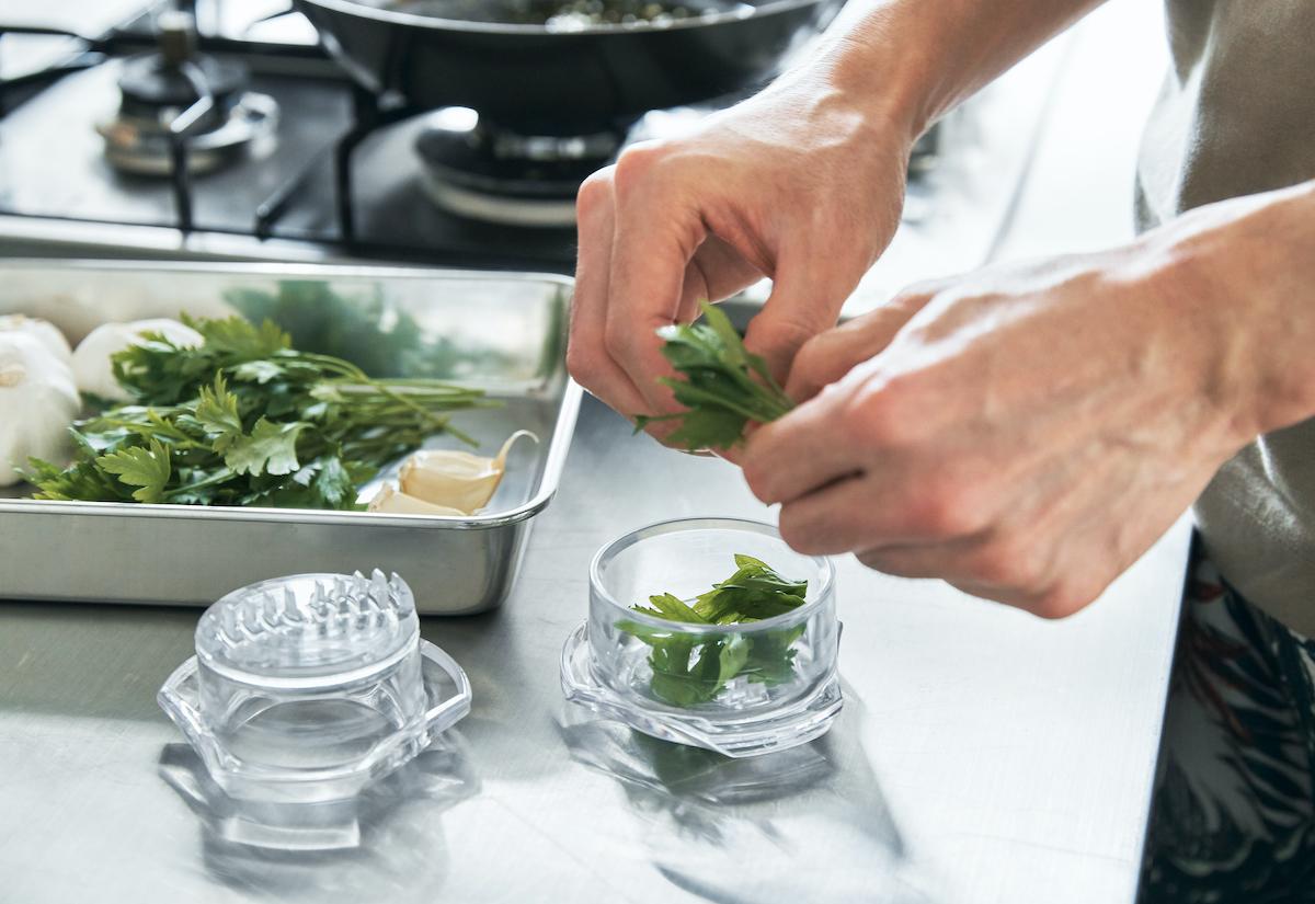 生姜やパセリのみじん切り、ナッツやゴマの粗挽きなど、さまざまな食材にも応用できてとても便利|包丁いらず、ひねるだけの高速カット!生姜やパセリにも使えてお手入れしやすい「みじん切りツール」|Garlic Twist 4.0(ガーリックツイスト)