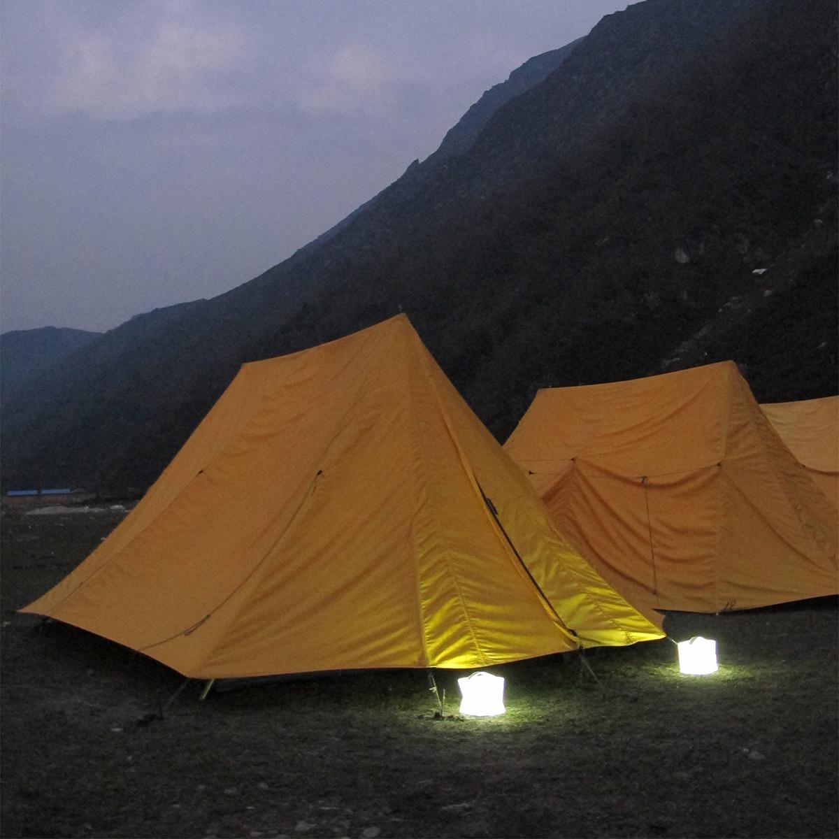 山で、ビーチで、自宅の庭で便利なソーラー充電式の畳めるランタン型のライト|carry the sun(キャリー・ザ・サン)