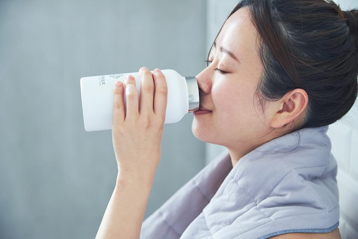 タンブラーなどを持ち込んで、水分補給も忘れずに。頭と体のリセット時間に、浮かべて眺める「癒しの香りつきバスキャンドル」|kameyama(カメヤマ)