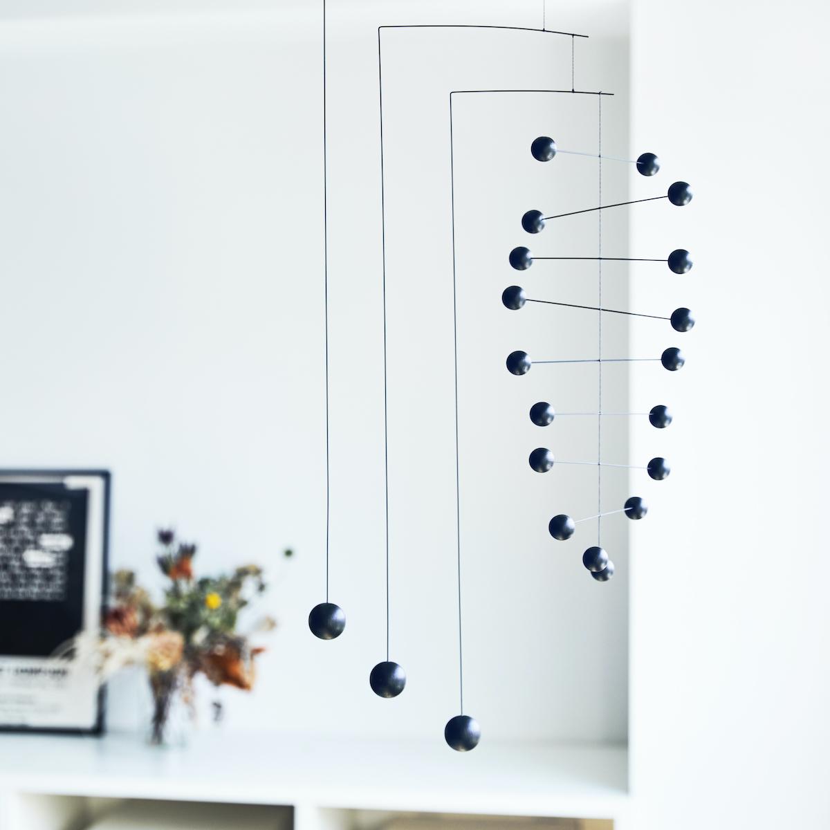 緻密な計算のもとで設計されている。吊り下げるだけで、お部屋がモダン空間に変わる「大人のモビール」|FLENSTED MOBILES(フレンステッドモビール)