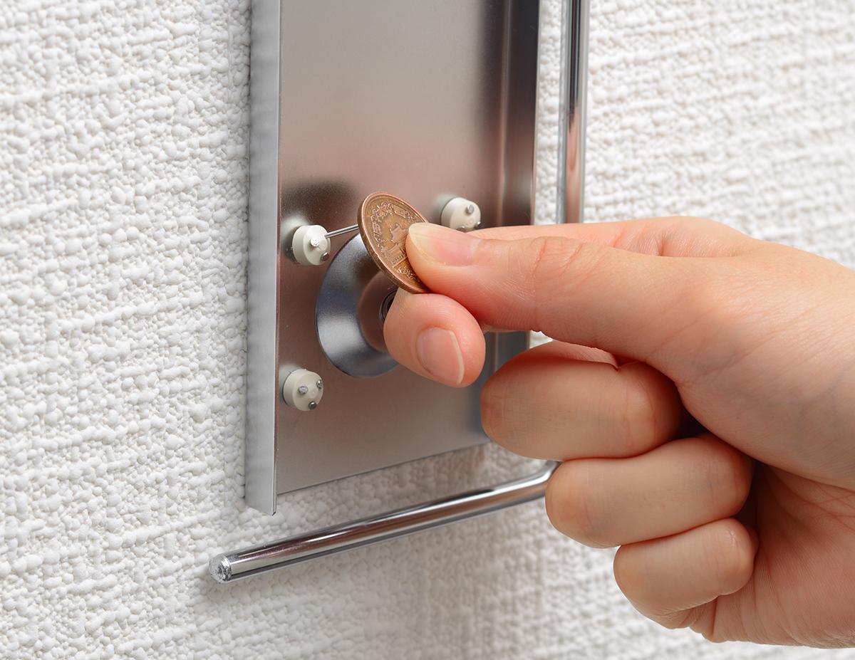 取り付け①|穴が目立たない極細ピンで、コードレス掃除機をスマートに壁掛けできるフック|Pinde(ピンデ)