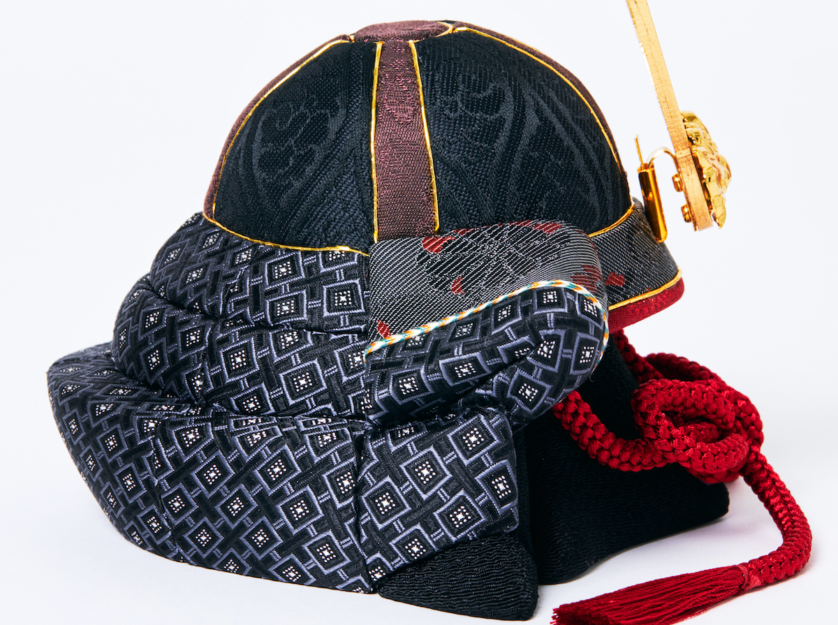 兜飾り・脇飾り:江戸木目込(柿沼人形)|次世代に伝えていきたい最高峰の日本伝統技術を結集させ、コンパクト・モダンに。リビングや玄関に飾れる「プレミアム兜飾り・五月人形」