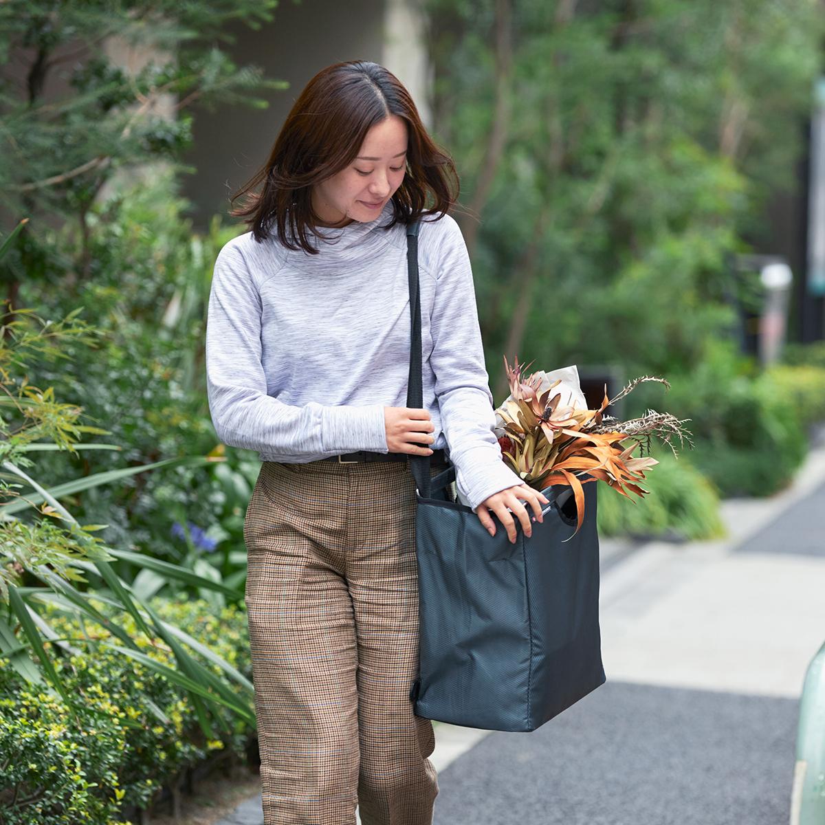 手提げとしても、肩掛けとしても使えて重宝。たためる金属フレーム入り!自立するから、柔らかいパンや葉物野菜、花を潰さない「箱型エコバッグ」|ADK Packworks