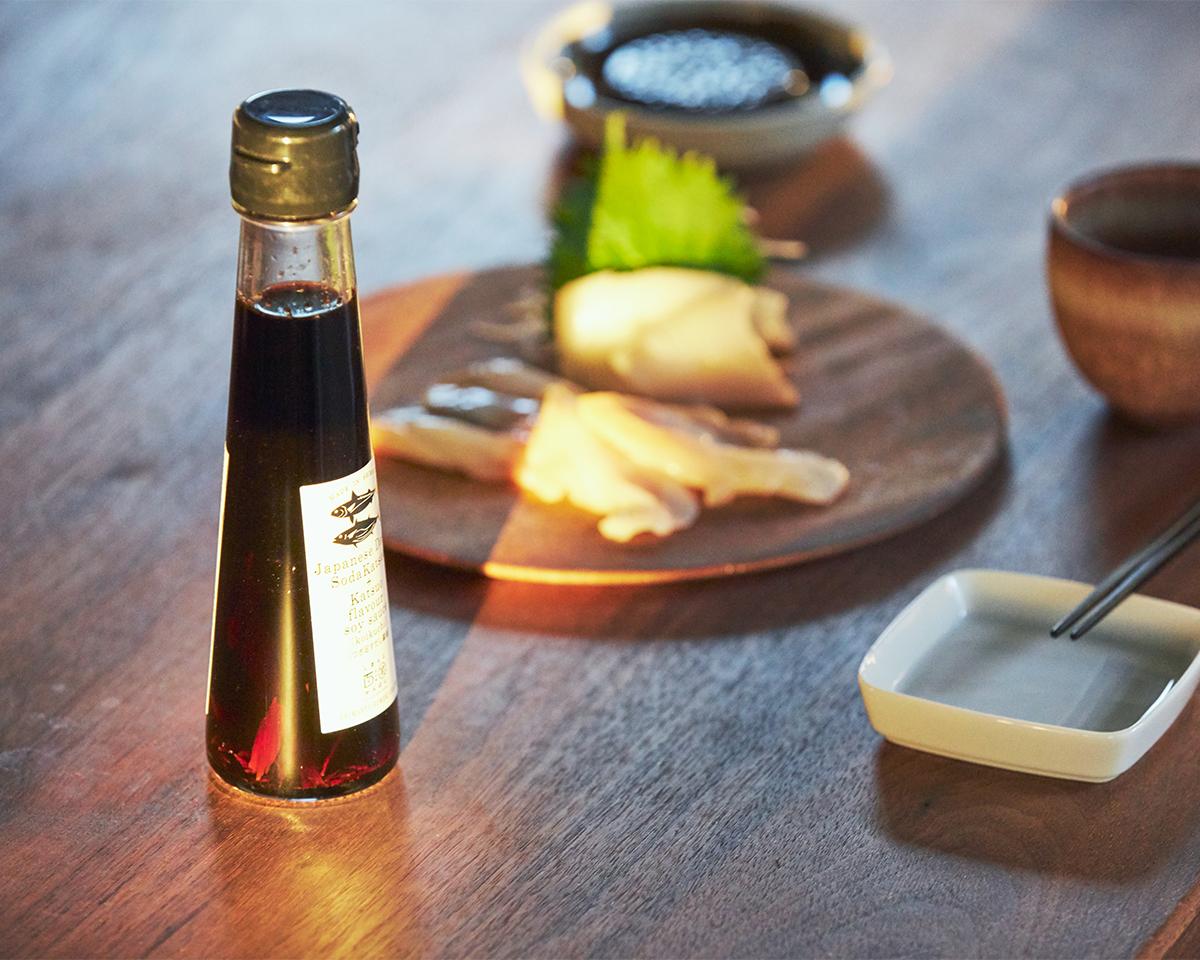 食卓でごはんや副菜にちょい足しする楽しみはもちろん、料理の味をキメるカギとなってくれる。うまみが凝縮!いつもの調味料が宗田節で輝きだす、つぎ足して使える「だし醤油&だし酢(化粧箱入り)」|SHIMANTO DOMEKI COMPANY
