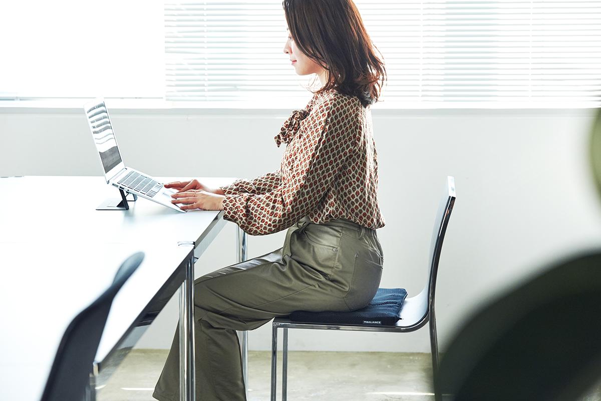 腰が痛い、脚が動かしにくい、下半身の冷えや姿勢の崩れにおすすめ。時間のデスクワークも気持ちいい!ポリエチレン樹脂を編んだ「弾力凹凸マット」|リカバリーマット