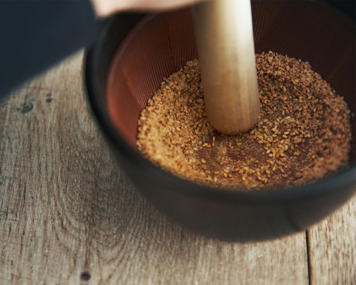 時短料理ににもなるし、洗い物も少なくて済む。鉢の中で玉子サンドやポテトサラダが完成!そのまま器になる石見焼のすり鉢とすりこぎ棒|もとしげ