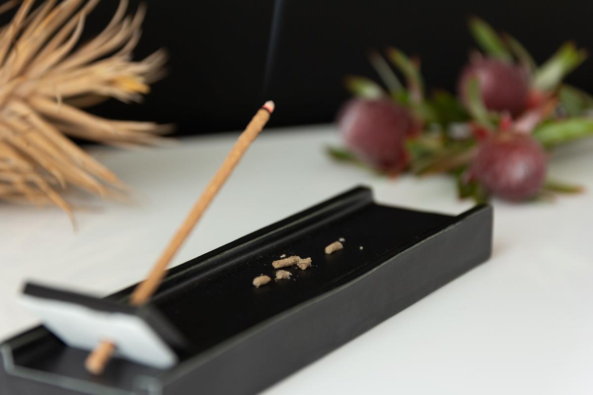 深呼吸したくなる日本の樹木の香り、誰もが心地よさを感じるインセンススティック(お香)|KITOWA