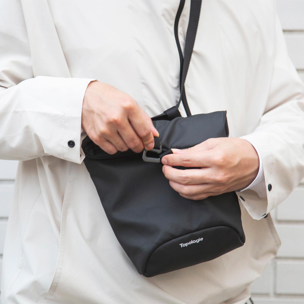 生活環境に干渉しない「スマートなデザイン」|外側にポケットや装飾のない無駄を削ぎ落としたデザインの「4WAYウエストバッグ」(水濡れや汚れに強いドライコレクション)|Topologie
