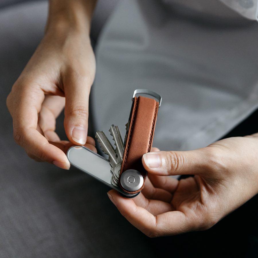 ランチ後の口元や歯を確認したり、髪や化粧を整えたり、コンタクトのズレやまつ毛を直したり、通勤時の混んだ電車、大事な商談前や忙しいお出かけ前にも、すばやく出し入れできて便利な「ミラー&爪やすり」|Orbitkey Accessory