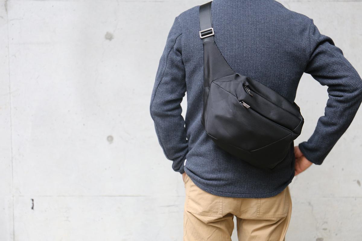 「石」から発想したミニマルデザイン、タブレットと上着を入れても型崩れしない「ボディバッグ」|STONE SLING(ストーン スリング)