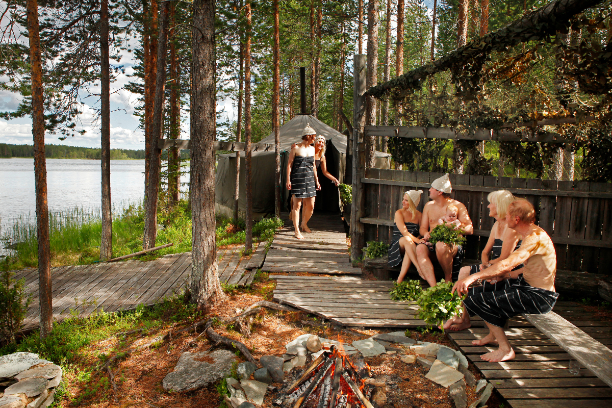 湖畔のサウナ小屋に集い、白樺の若葉を束ねた「ヴィヒタ」で体を叩いて、刺激と香りを楽しんだり、インテリアとして飾ったり。|バスルームがフィンランドの森になる、「白樺の若葉」と「森の土」の香りのボディーソープ|OSMIA(オスミア)