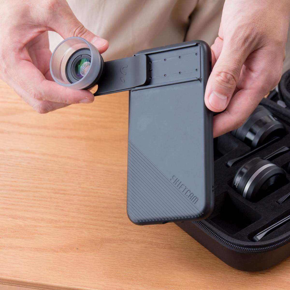 取り付けは極シンプル。6種類のレンズを装備したiPhoneケース(プロ・マクロレンズ) | ShiftCam 2.0