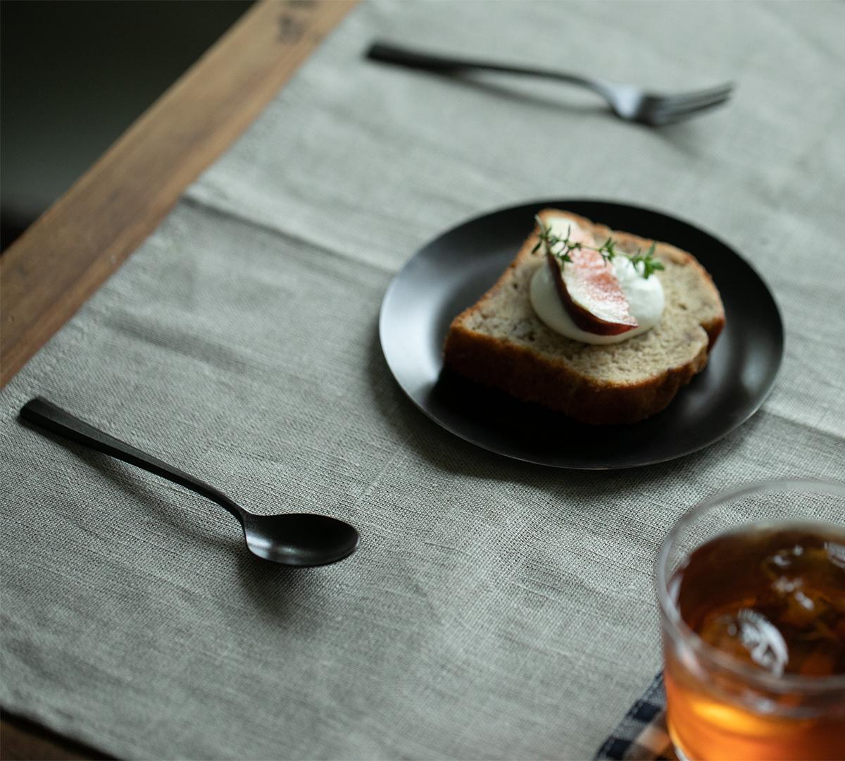 シンプルで落ち着きのあるデザインは、食卓をスタイリッシュに演出。落としても割れない、黒染めステンレスの食器(フォーク・スプーン)|KURO(96)クロ