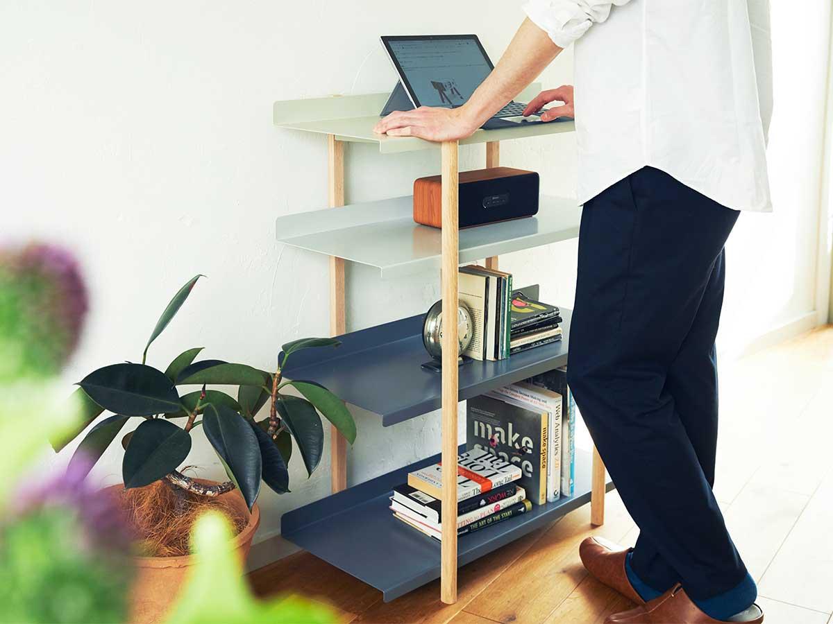 ちょっとしたスタンディングデスクとしても使えて、重宝します。色違いの棚板を入れ替えるたびに、新鮮な空間づくりができる「シェルフ(棚)」DUENDE Marge Shelf(デュエンデ マージ シェルフ)