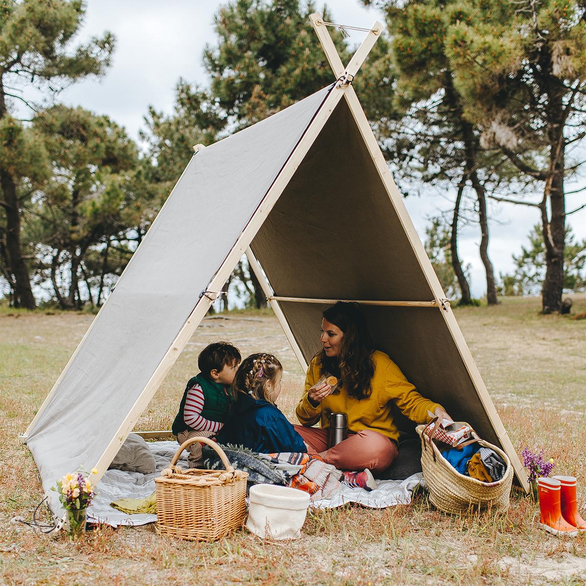 カラフルな帆布製シェード、白木を組んだ、目をひくデザイン。フランス生まれの、風通しのよい帆布テント|LA TENTE ISLAISE(ラ・タント・イレーズ)