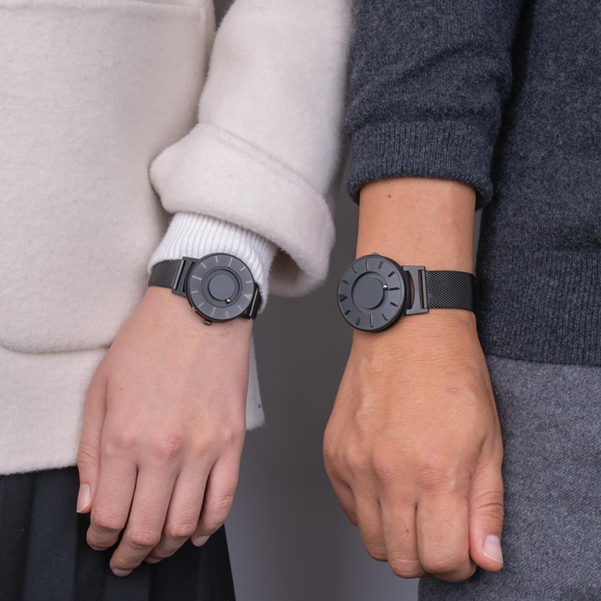 パートナーや親子でのペアウォッチ使いができるので、2本セットでのギフトも喜ばれるはず。腕元におさまるコンパクトな文字盤、軽やかな装着感のメッシュバンド。触って時間を知る「腕時計」| EONE