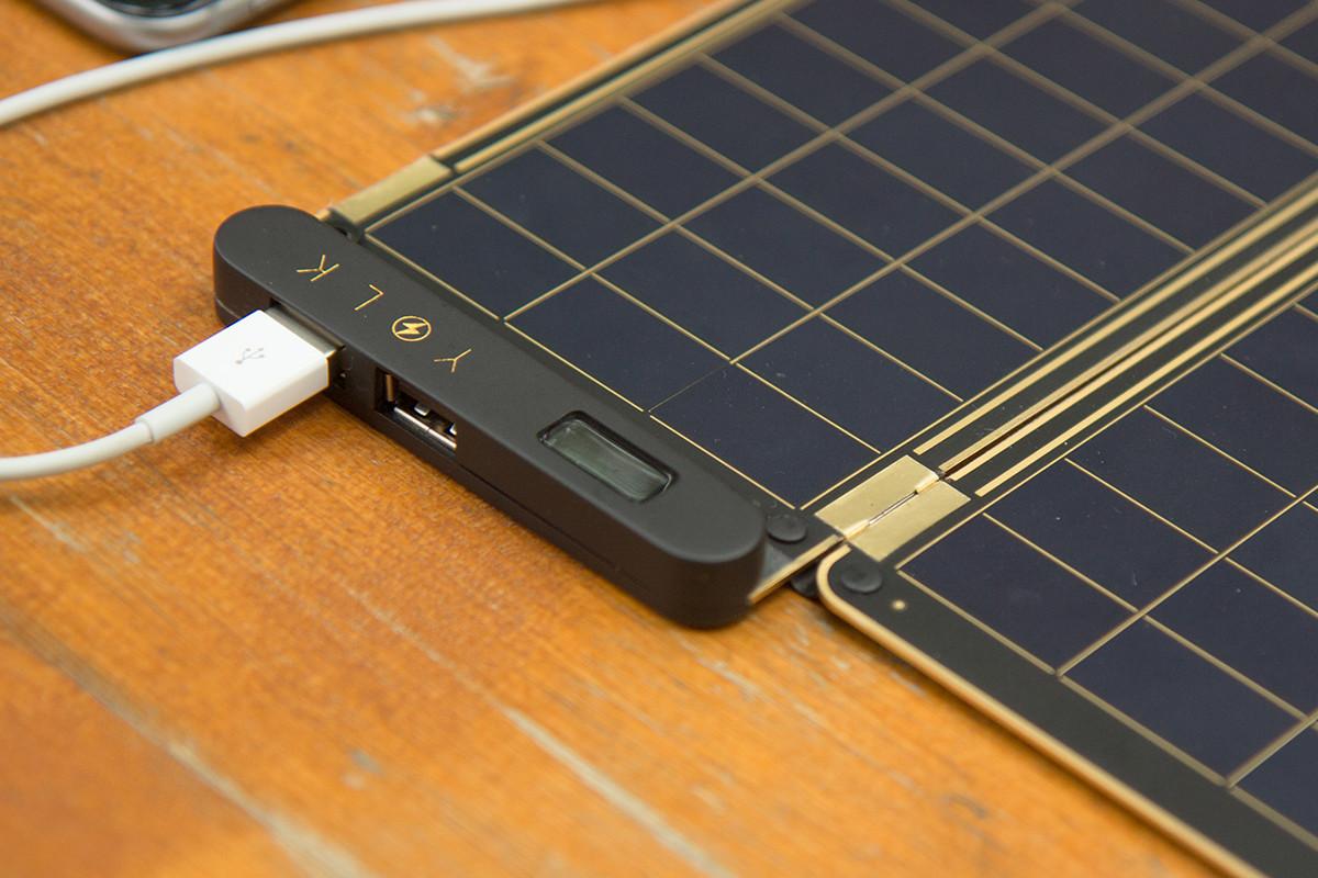 USBが二端子あるので、iPhoneもAndroid も充電できるソーラー充電器