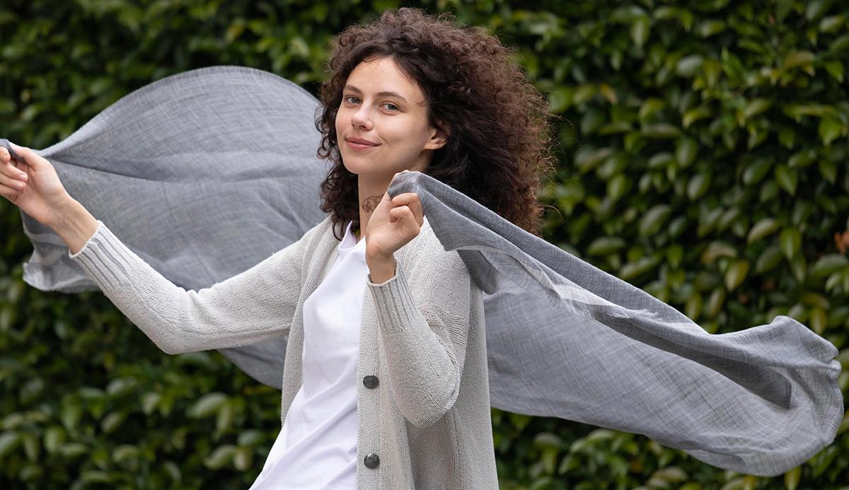 広げると、ふんわり風にそよぐ「天女の羽衣」のような軽さのカシミヤ100%ストール ADOS(エイドス)