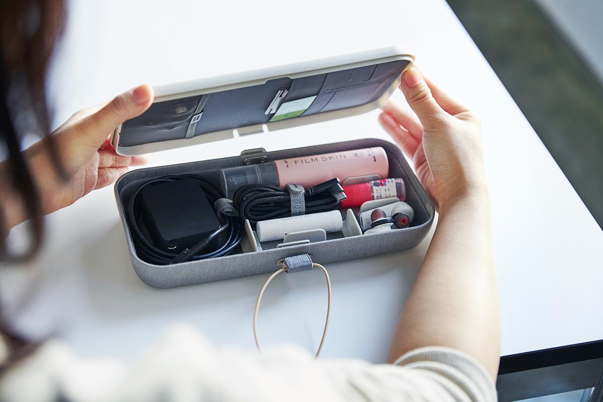 ケースを開くだけで、USBケーブル、マウス、タッチペン、電源コード、モバイルWiFi、イヤホンなどいつもの仕事道具が、あなた好みの配置で現れる。仕事道具を好みの配置で収納、ワイヤレス充電台つきの「ガジェットケース」|Orbitkey Nest(オービットキー ネスト)