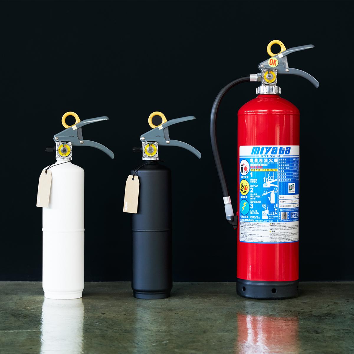 堂々と部屋におけるシンプルモダンなデザイン。お酢が主成分の消火薬剤だから、後片付けがラク!玄関やリビングにも飾れる「モノトーンの住宅用消火器」|+maffs(マフス)