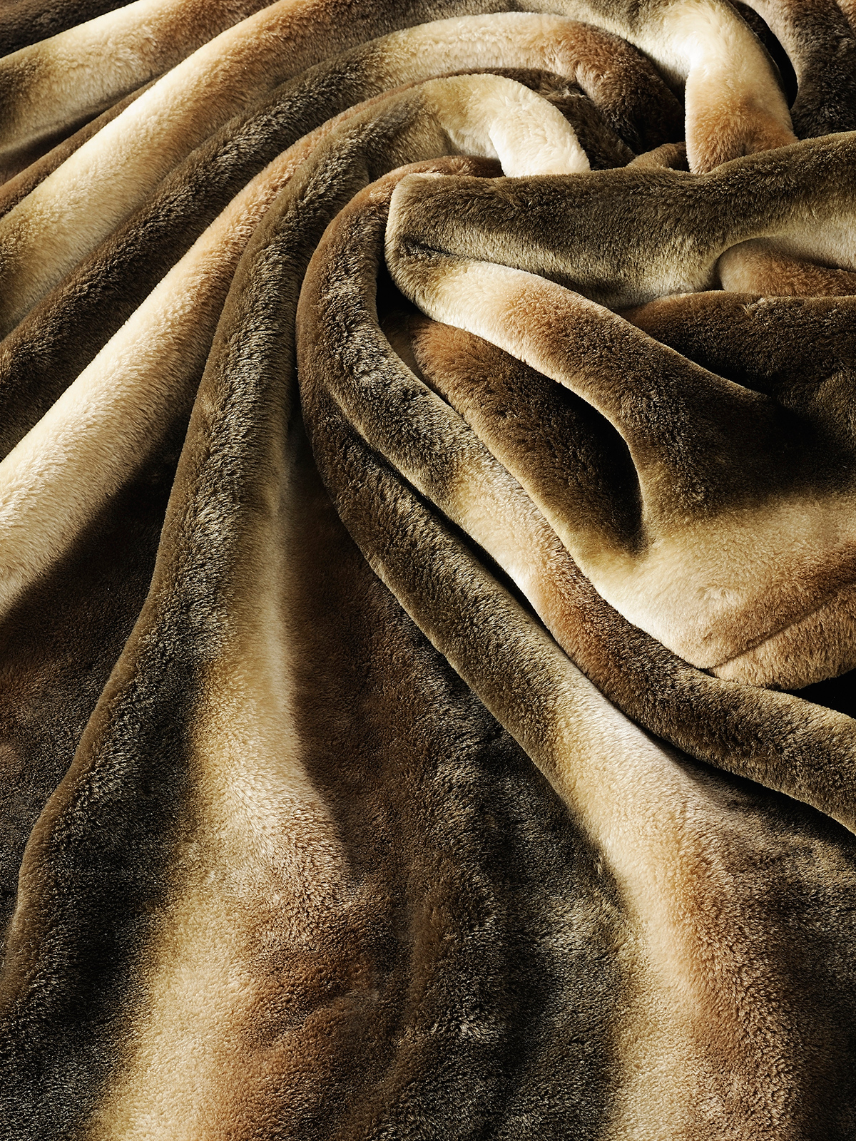 肌触りも格別。触れると、しっとりとしたなめらかさは、まるでビロードのよう。暖かさはもう当たり前、軽さとなめらかさも実現した「掛け毛布・敷き毛布」|CALDONIDO NOTTE(カルドニード ノッテ)
