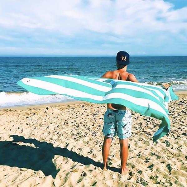 海やプール、シャワーから上がって、全身を拭いた後もサラッとしたまま。砂がつかないマイクロファイバー製のカラフルタオル(ビーチタオル)|DOCK & BAY