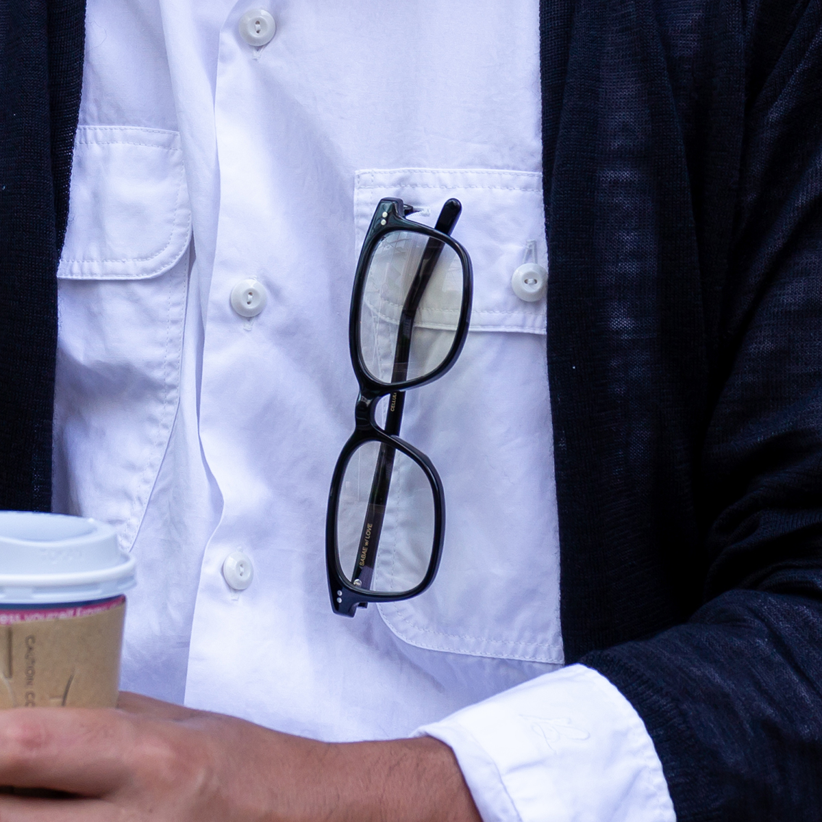 メニューや写真を見る時にさっとかけて、そのまま記念撮影に応じても映える、お洒落なセルロイド製「老眼鏡」(MONOCOオリジナル企画)|LAUGHWRINKLES