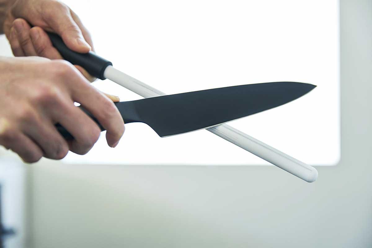 メンテナンスの快適さにも驚く。極薄刃でストレスフリーな切れ味、野菜・肉・魚に幅広く使える「包丁・ナイフ」|hast(ハスト)